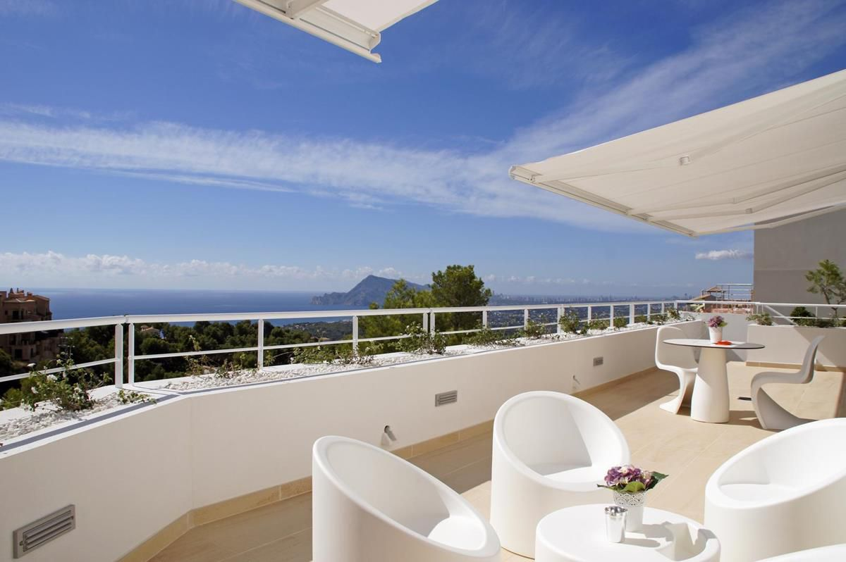 Newly built detached house in modern style, 3 bedrooms and 4 bathrooms, located on the parcel of 800,Spain