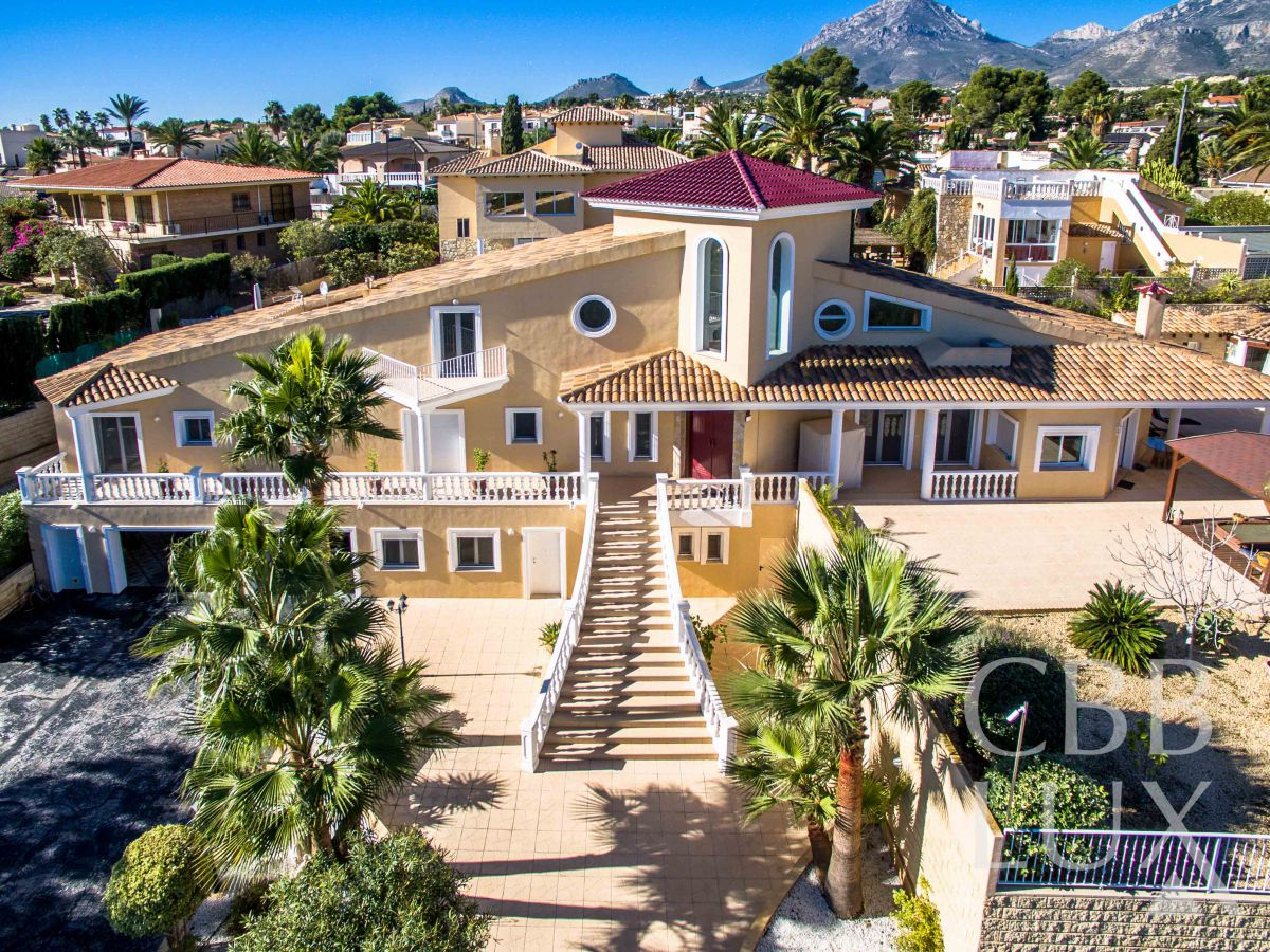 GREAT VILLA WITH MAGNIFICENT VIEWS TO THE MOUNTAINS AND THE SEA