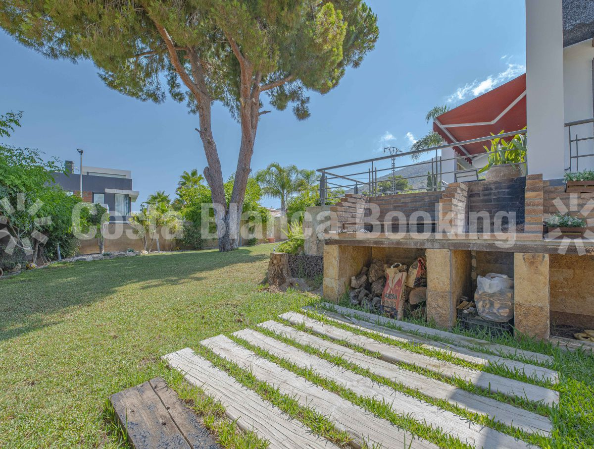 NICE VILLA WITH PRIVATE POOL AND GREEN AREAS