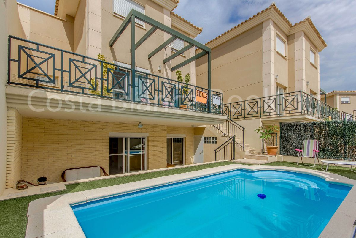SPACIOUS VILLA WITH PRIVATE GARDEN AND SWIMMING POOL