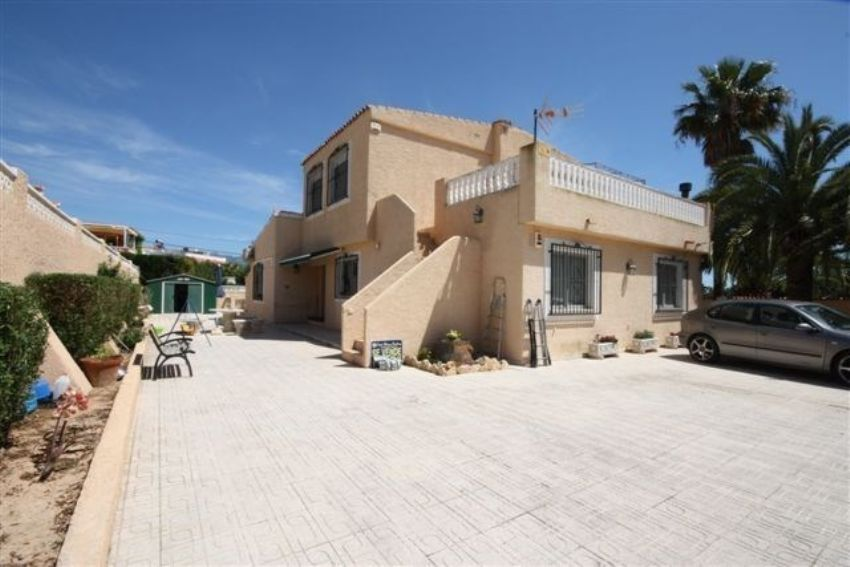 NICE SEAVIEW VILLA WITH AN APARTMENT IN A QUIET AREA OF ALFAZ DEL PI.