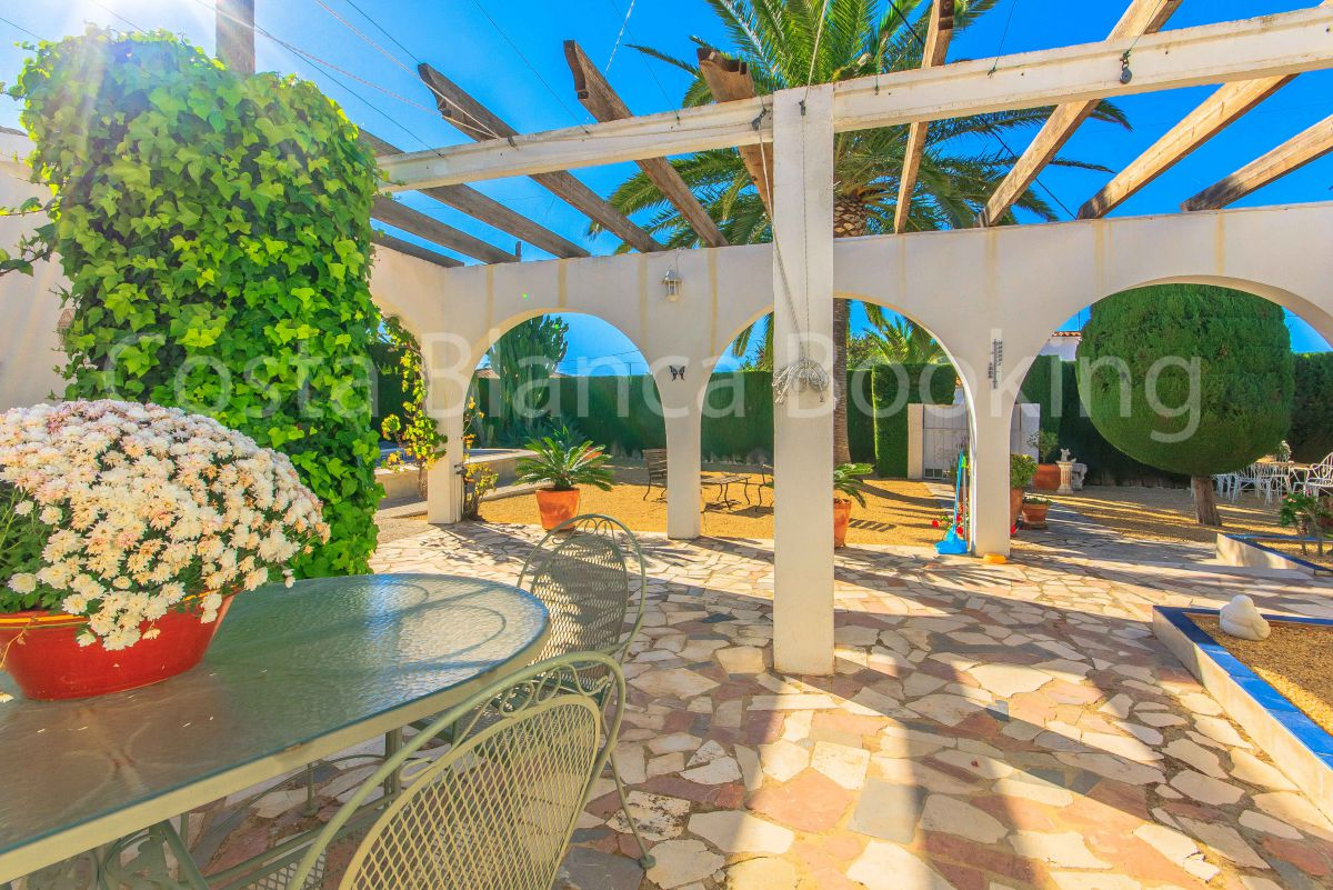 FANTASTIC VILLA WITH SUN ALL DAY AND CLOSE TO ALL SERVICES