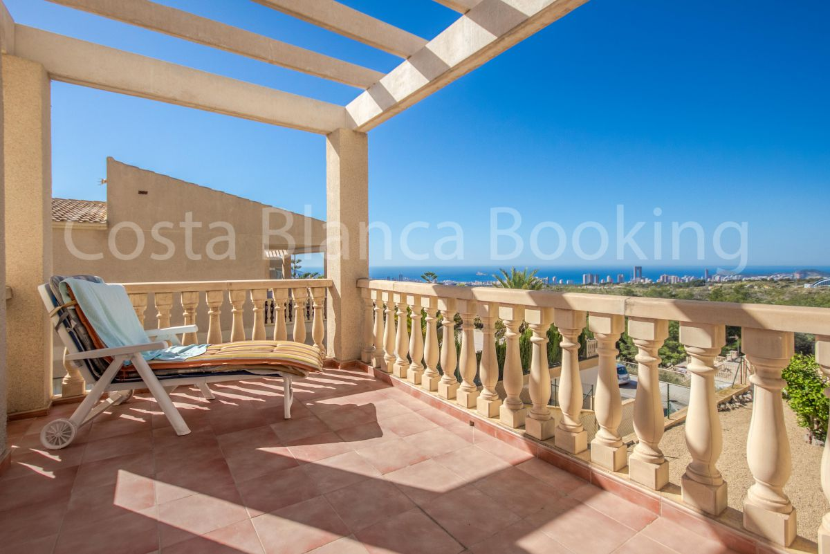 SPACIOUS VILLA IN LA NUCIA WITH FANTASTIC PANORAMIC VIEWS TO BENIDORM.