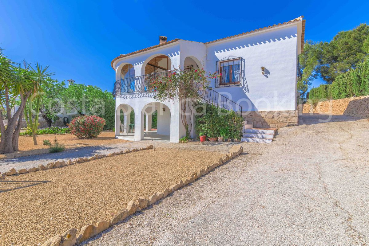 VILLA WITH SEA VIEWS IN A QUIET URBANIZATION OF ALFAZ