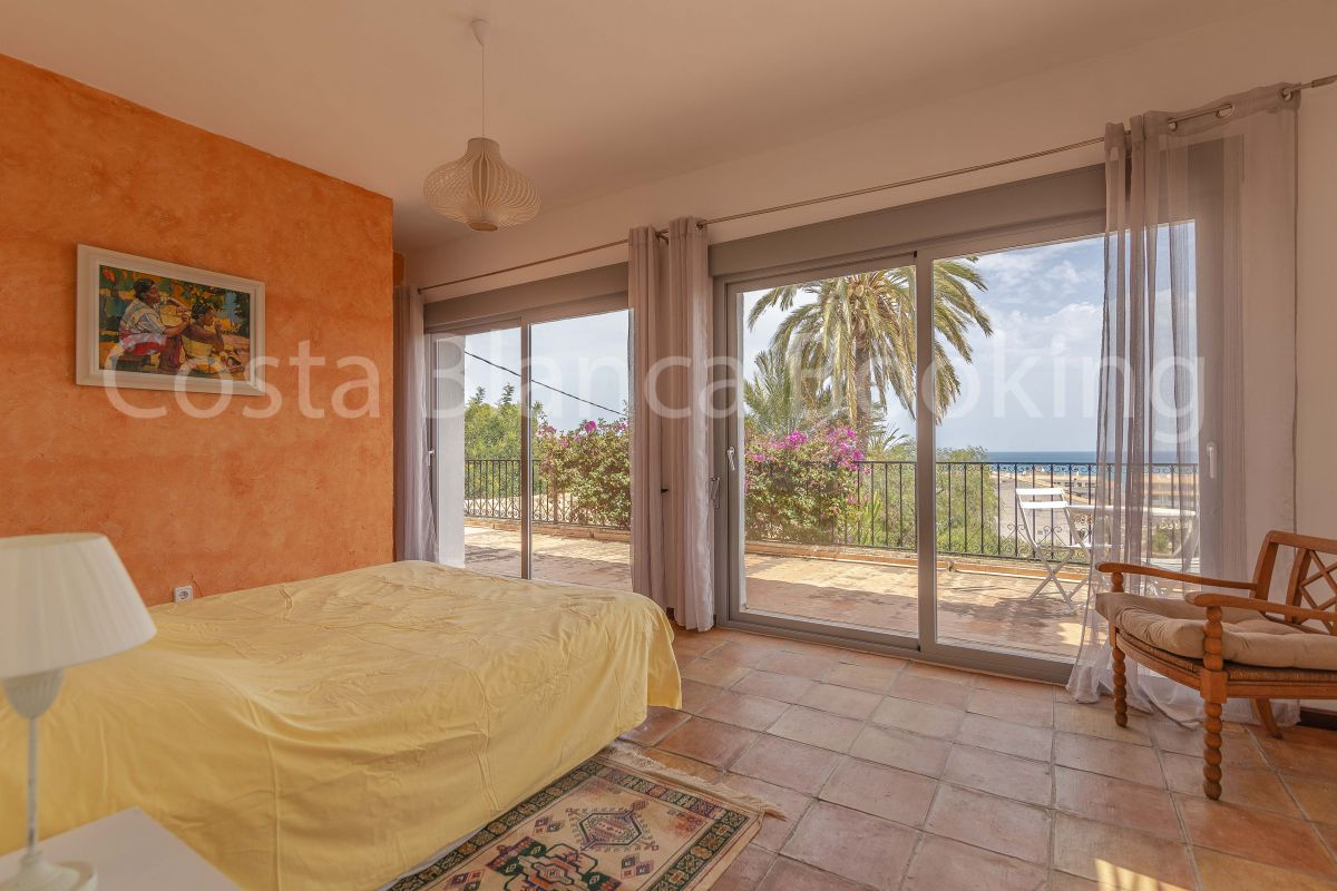 LARGE VILLA WITH SEA VIEWS AND ACCESS TO THE BEACH