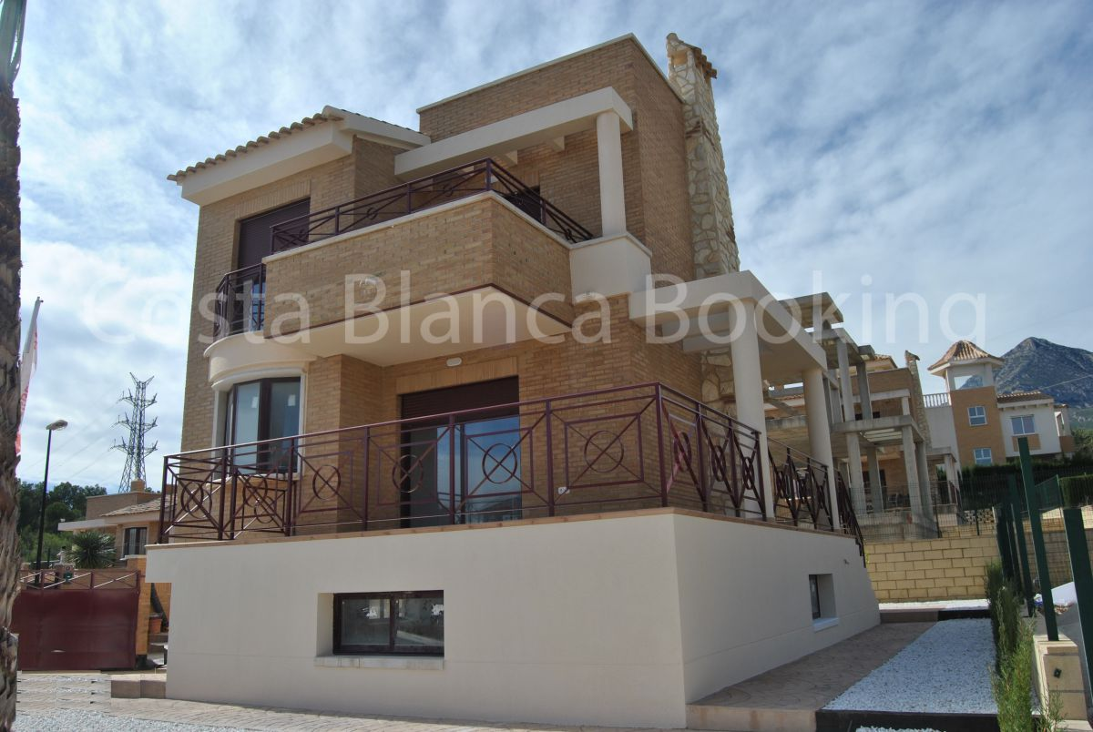 DETACHED VILLAS WITH FANTASTIC MOUNTAIN AND SEA VIEWS