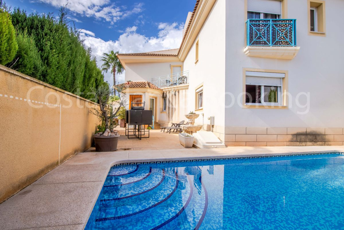 SEMI-DETACHED VILLA WITH PRIVATE POOL VERY CLOSE TO THE TOWN