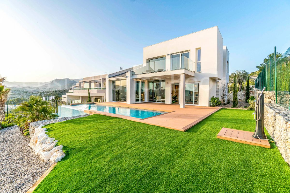 IMPRESSIVE VILLA WITH GARDEN INSIDE THE HOUSE