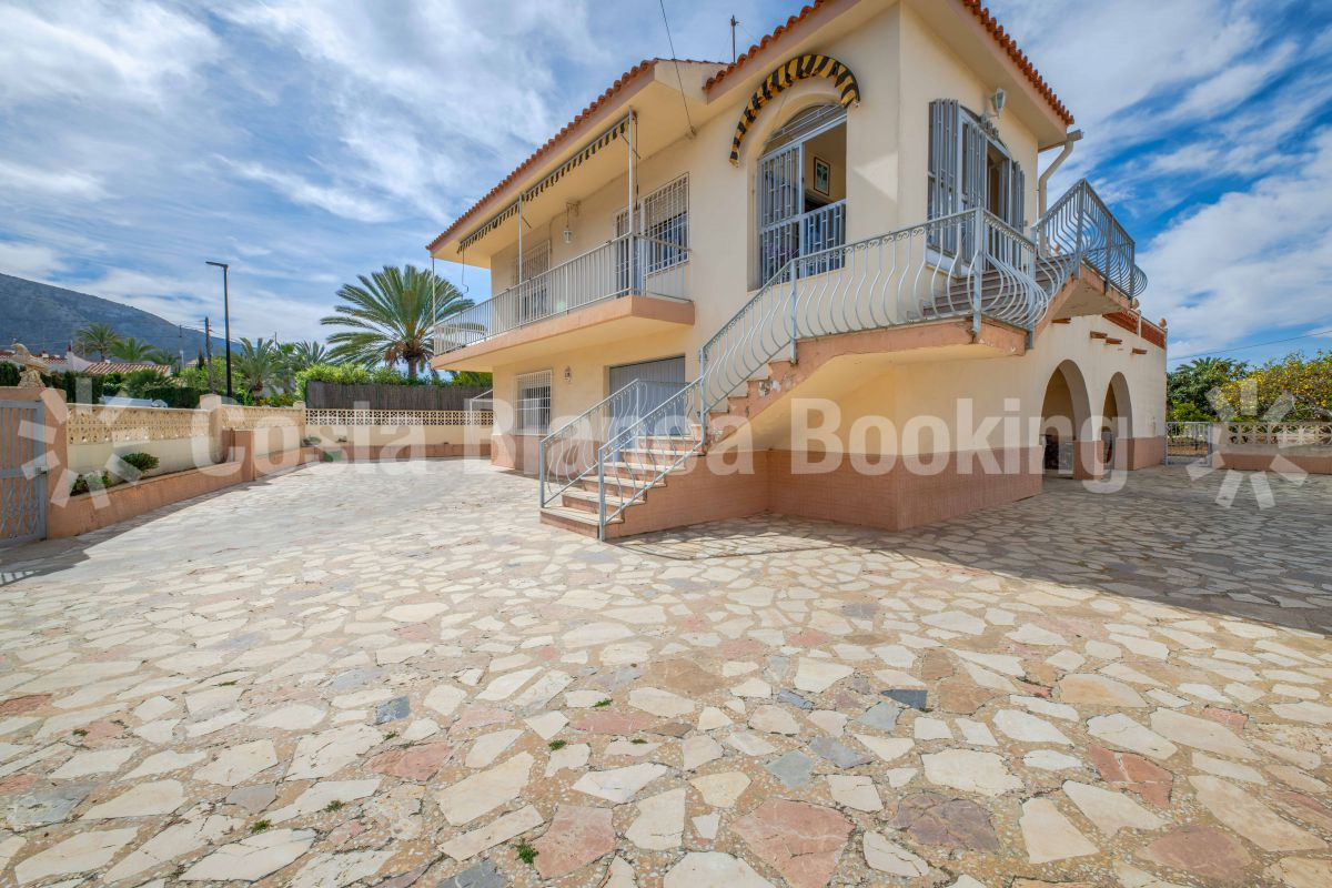 Stunning villa with large plot in the center of Albir