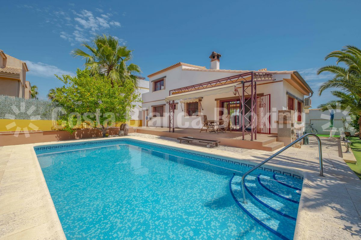 MEDITERRANEAN STYLE VILLA NEAR THE CENTER OF ALBIR