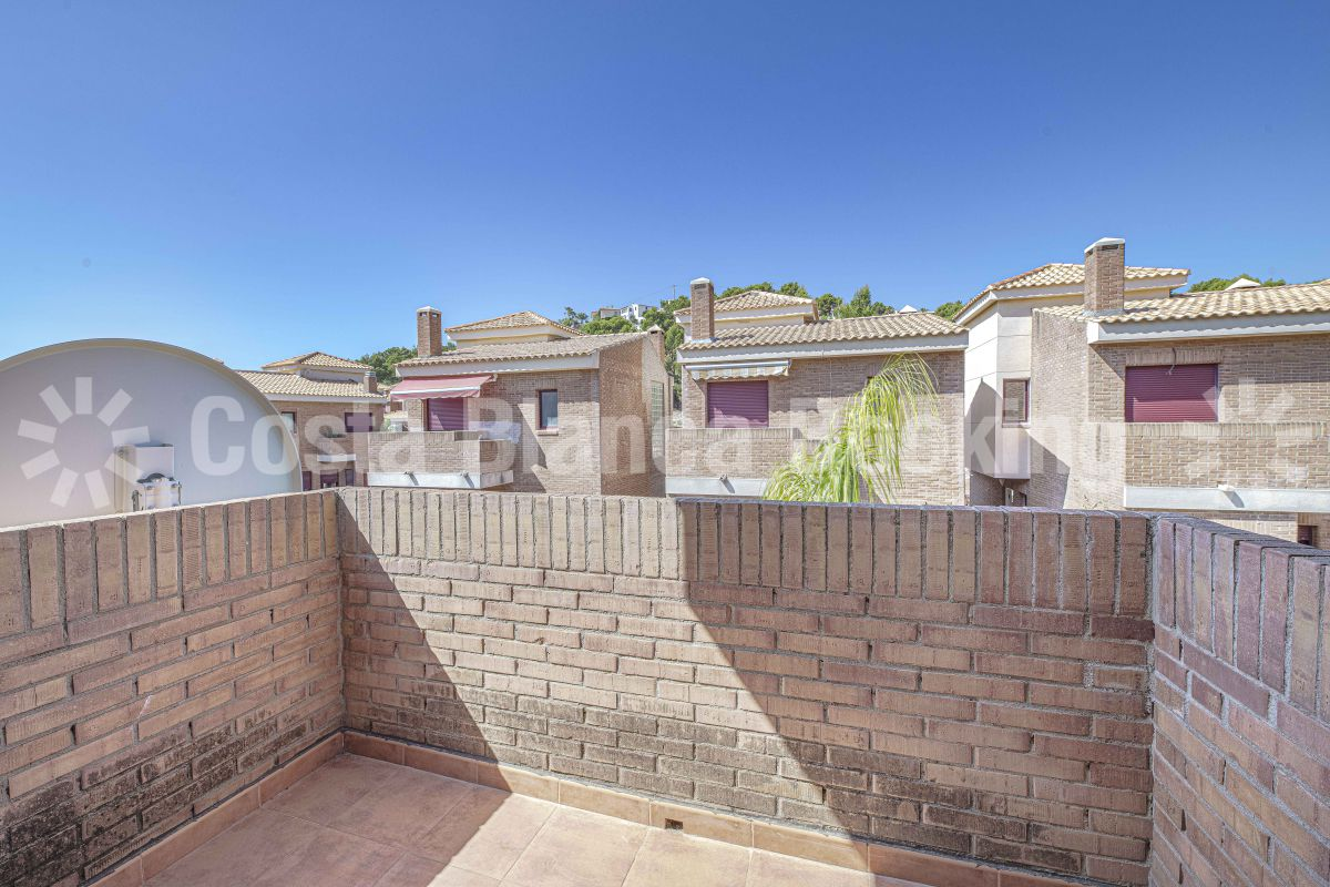 SEMI-DETACHED HOUSE WITH LARGE SUNNY TERRACES