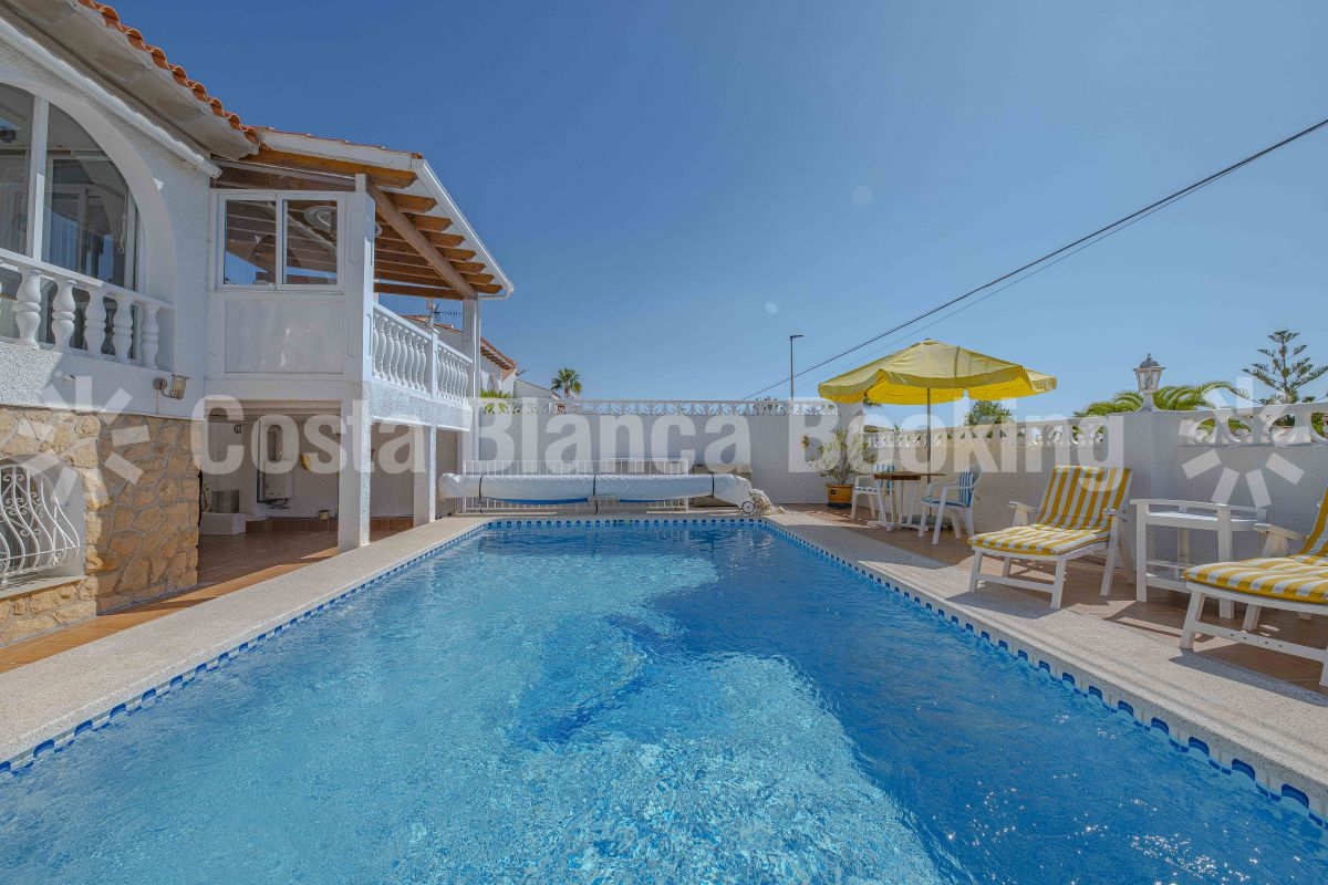 PRETTY AND SUNNY VILLA WITH HEATED POOL