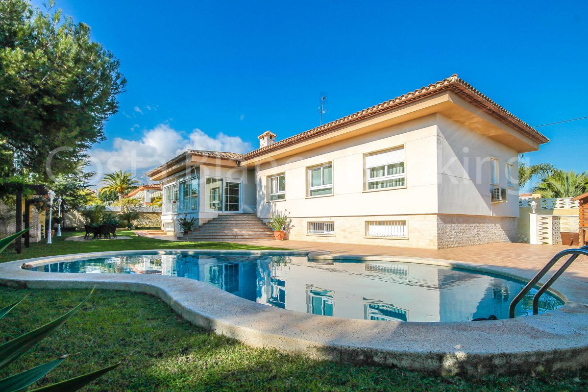 BEAUTIFUL VILLA, COMPLETELY REFORMED WITH HIGH QUALITY MATERIALS, CLOSE TO ALL AMENITIES OF LA NUCIA.