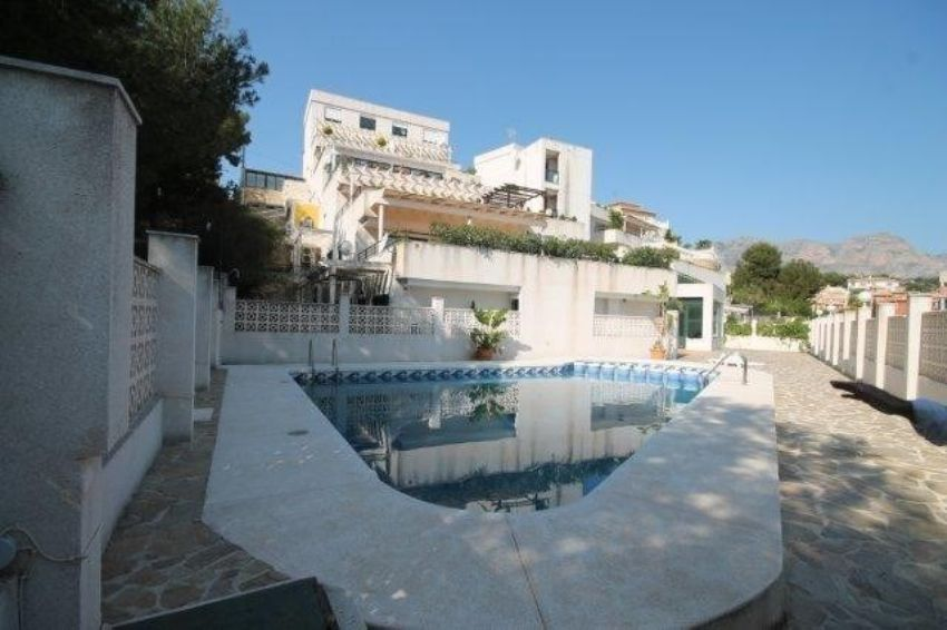 SUNNY SEMI-DETACHED HOUSE IN A QUIET AREA. COMMUNAL POOL AND TENNIS COURT.