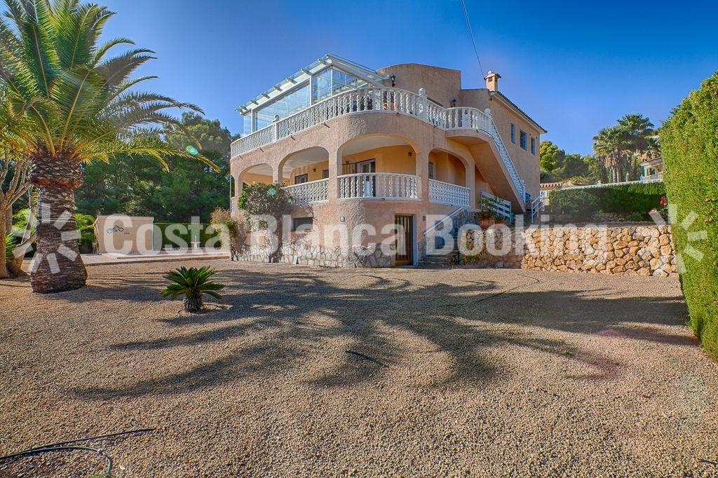Spacious villa with amazing ocean and mountain views