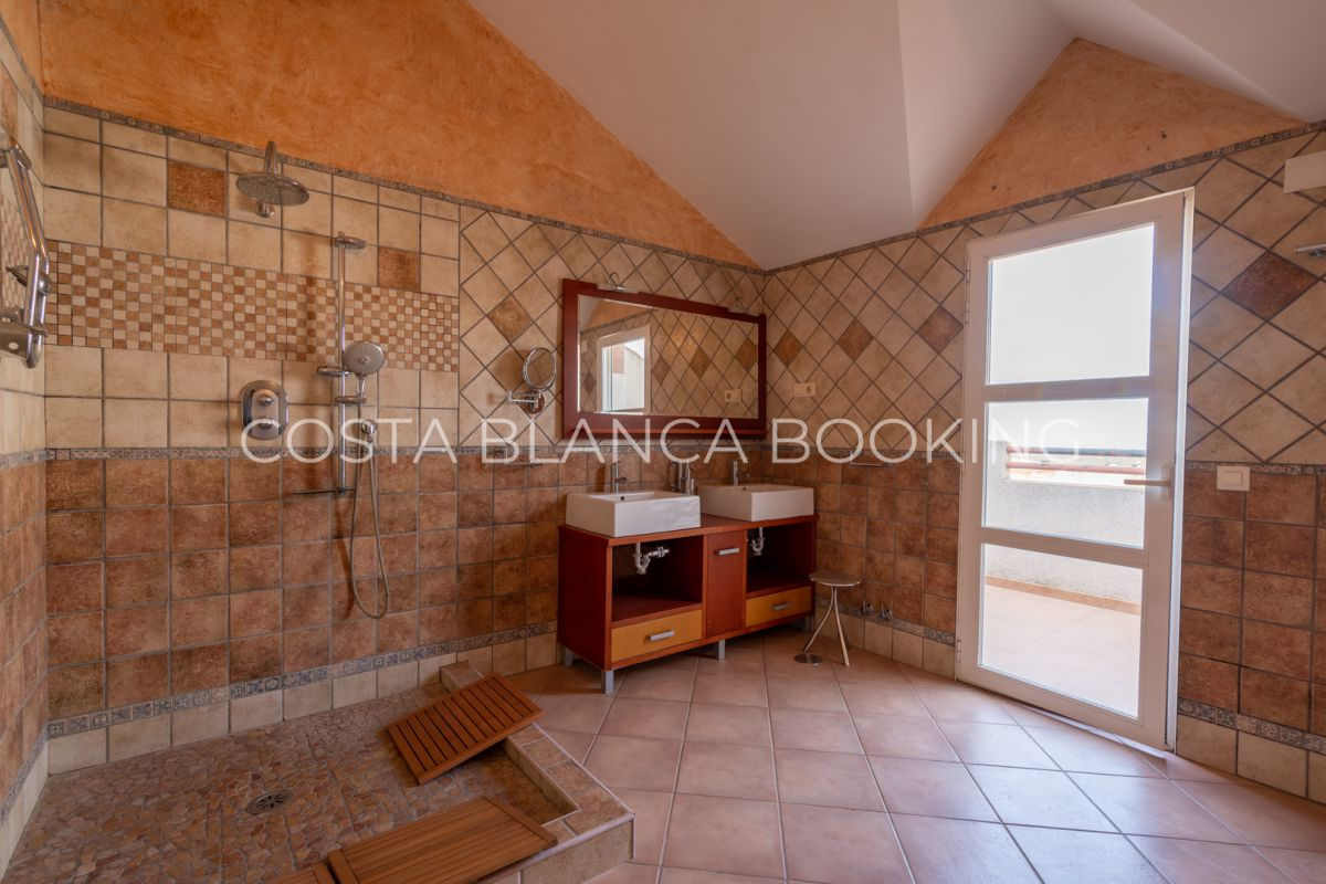 VERY SPACIOUS CORNER TOWNHOUSE WITH LOTS OF LIGHT