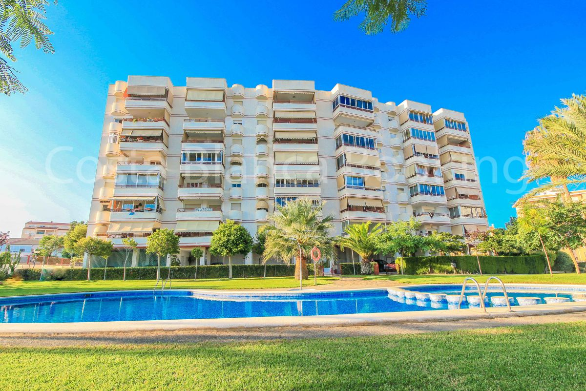 Apartment with 3 bedrooms, 2 baths , living room, kitchen and large terrace with sea views. Communal garden with pool.