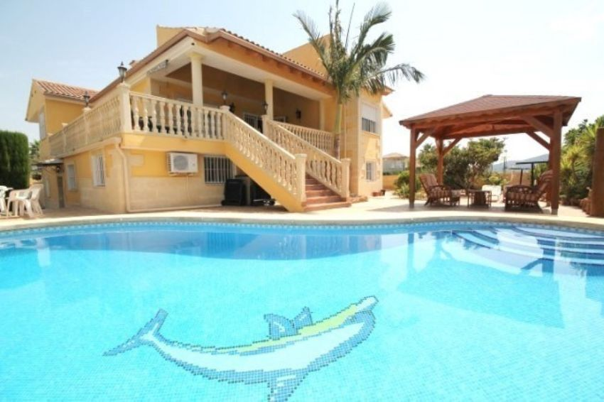 Large detached villa situated in a lovely quiet area of Alfaz del Pi.