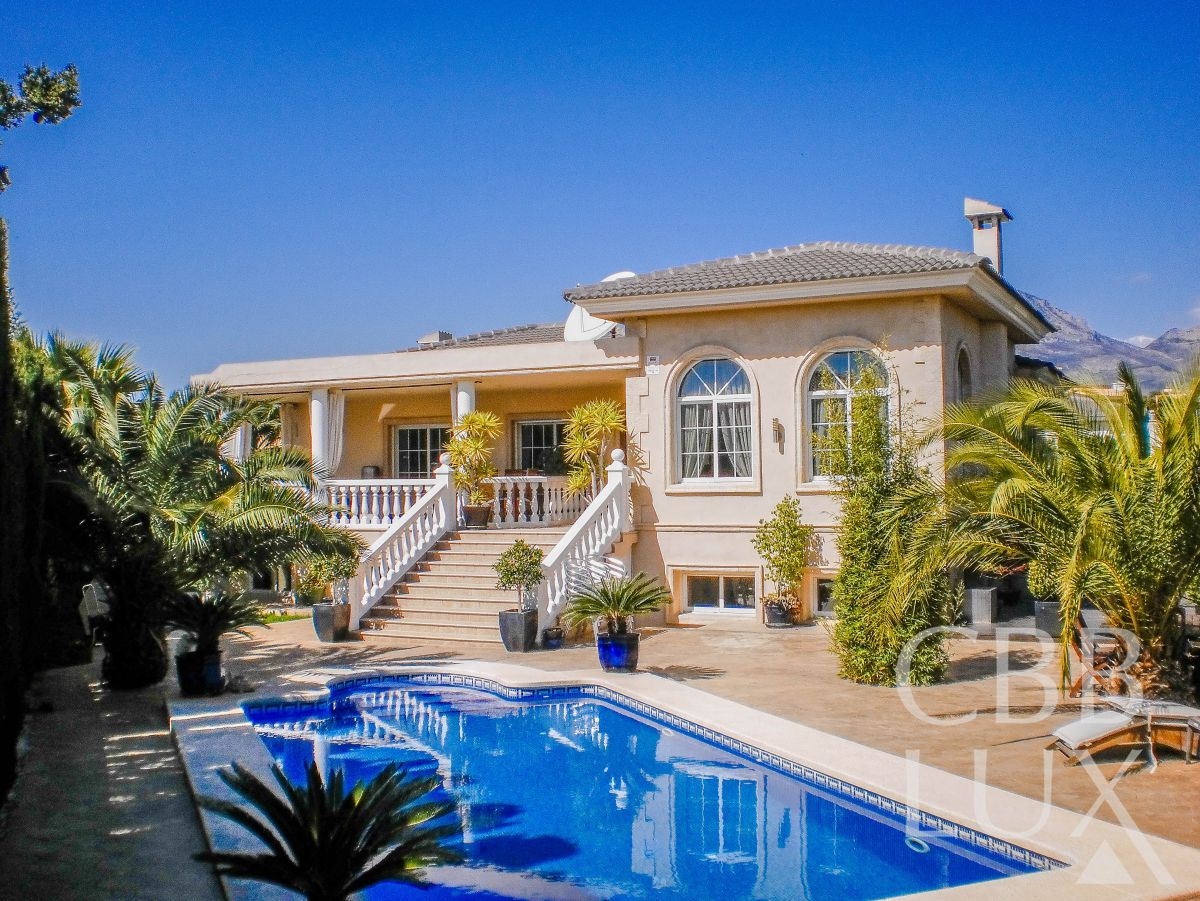 GREAT VILLA IN LUXURY NEIGHBORHOOD