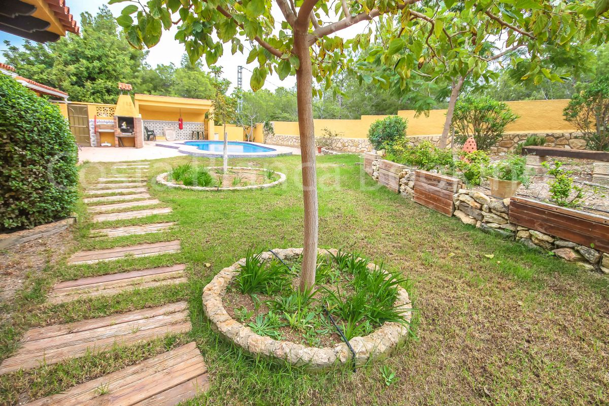 SPACIOUS VILLA, GARDEN WITH POOL/BBQ and PRIVACY.