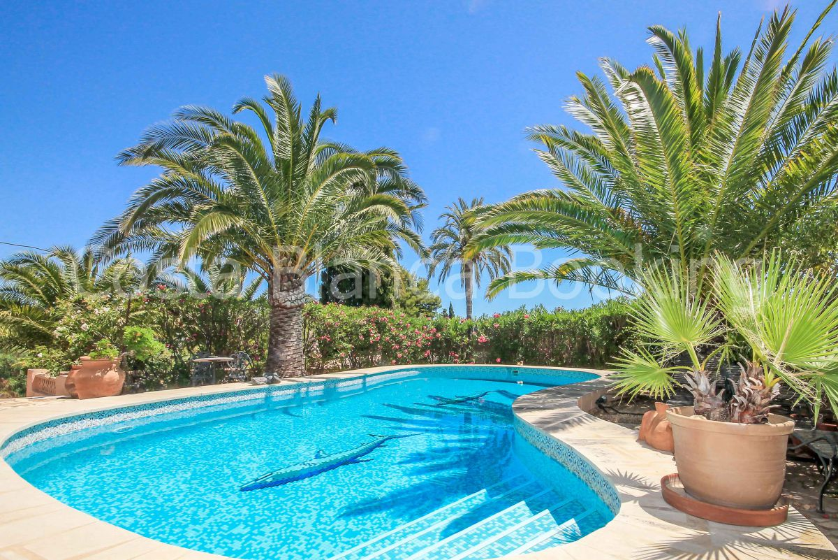 A VILLA WITH LARGE PLOT IN A RESIDENCIAL AREA, FINCA STYLE WITH MATURE GARDEN