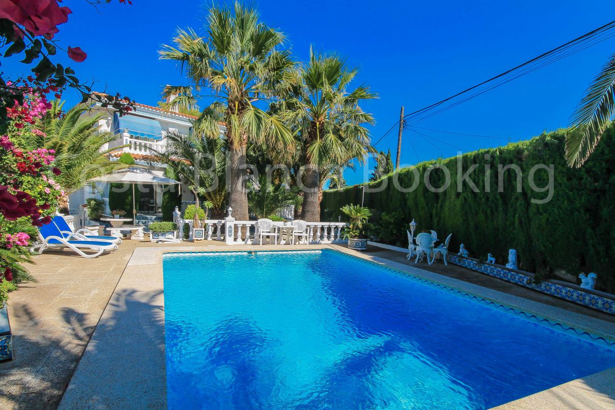 Villa of around 400m2 with fantastic panoramic views towards the bay of Albir on a plot of 10.300m2.