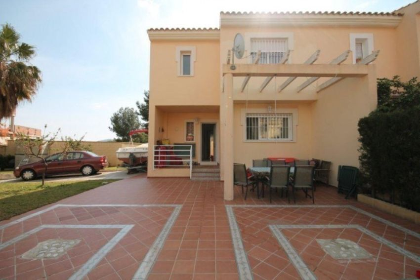 NICE CORNER BUNGALOW IN SMALL URBANIZATION CLOSE TO ALFAZ DEL PI VILLAGE.