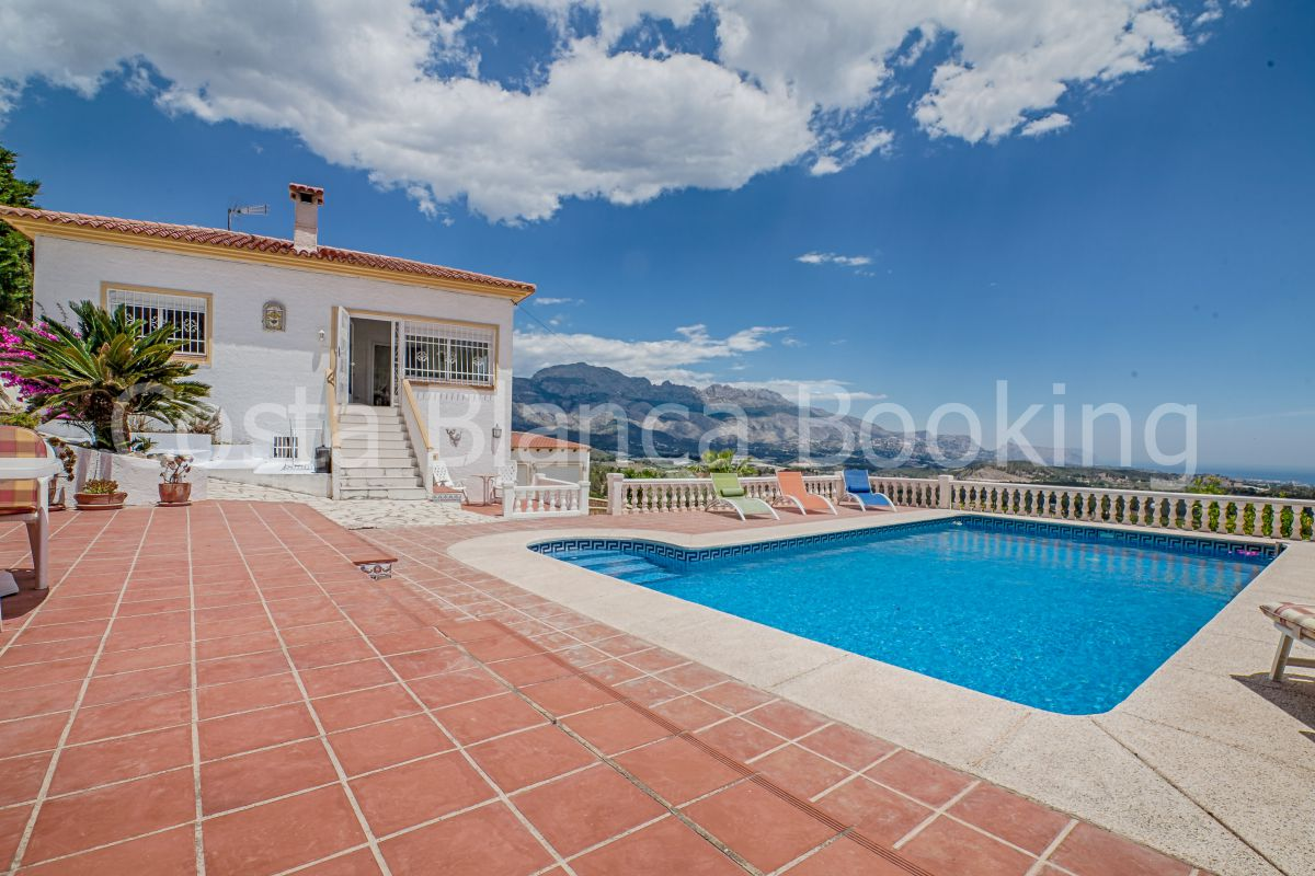 VILLA IWTH 2 APARTMENTS. PANORAMIC SEA AND MOUNTAIN VIEWS.