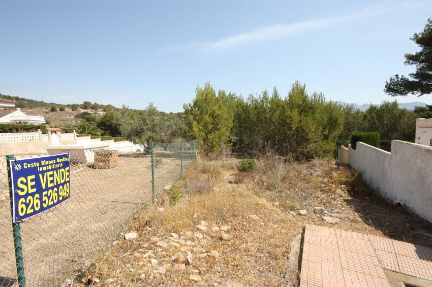 VERY NICE PROPERTY ON A FLAT PLOT IN A DEAD END STREET, IN THE NICE URBANISATION NARANJAS Y FLORES, CLOSE TO AMENITIES.