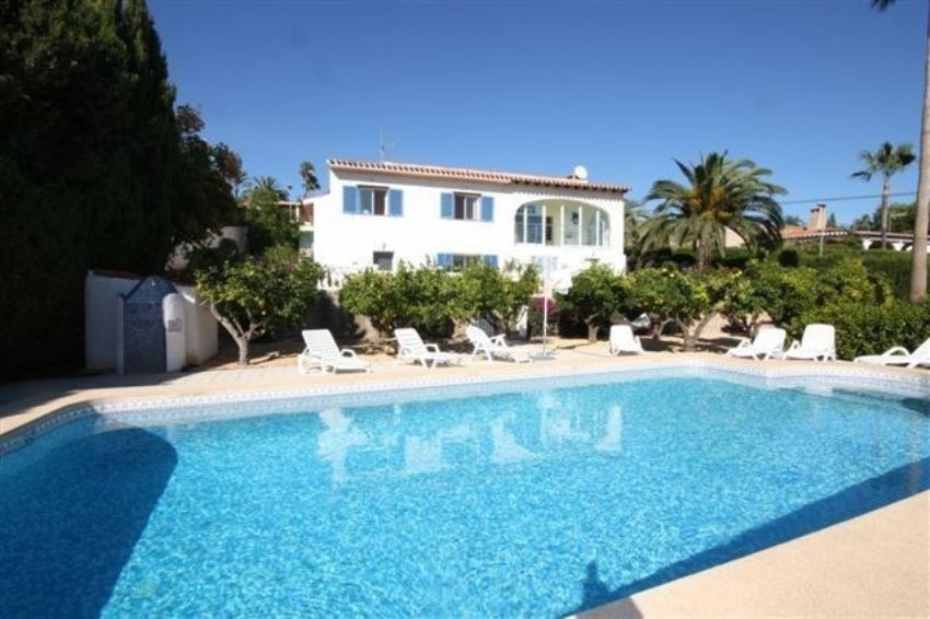 PRICE REDUCED – NOW 495.000. PARTLY RENOVATED VILLA.