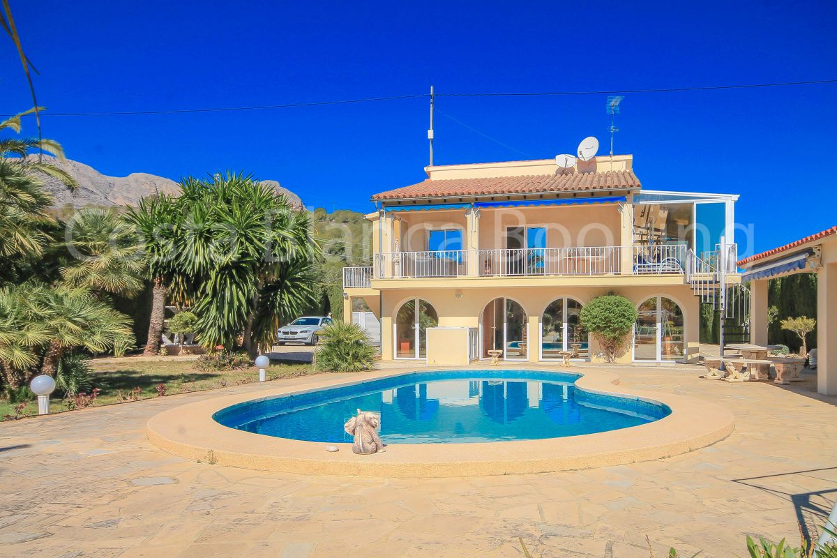 MARVELLOUS VILLA 100% PRIVACY, REFORMED WITH HIGH QUALITY MATERIALS IN CLOSE TO LA NUCIA VILLAGE.