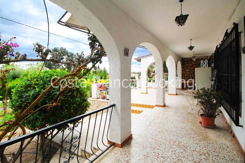 MEDITERRANEAN VILLA IN POPULAR RESIDENTIAL AREA!