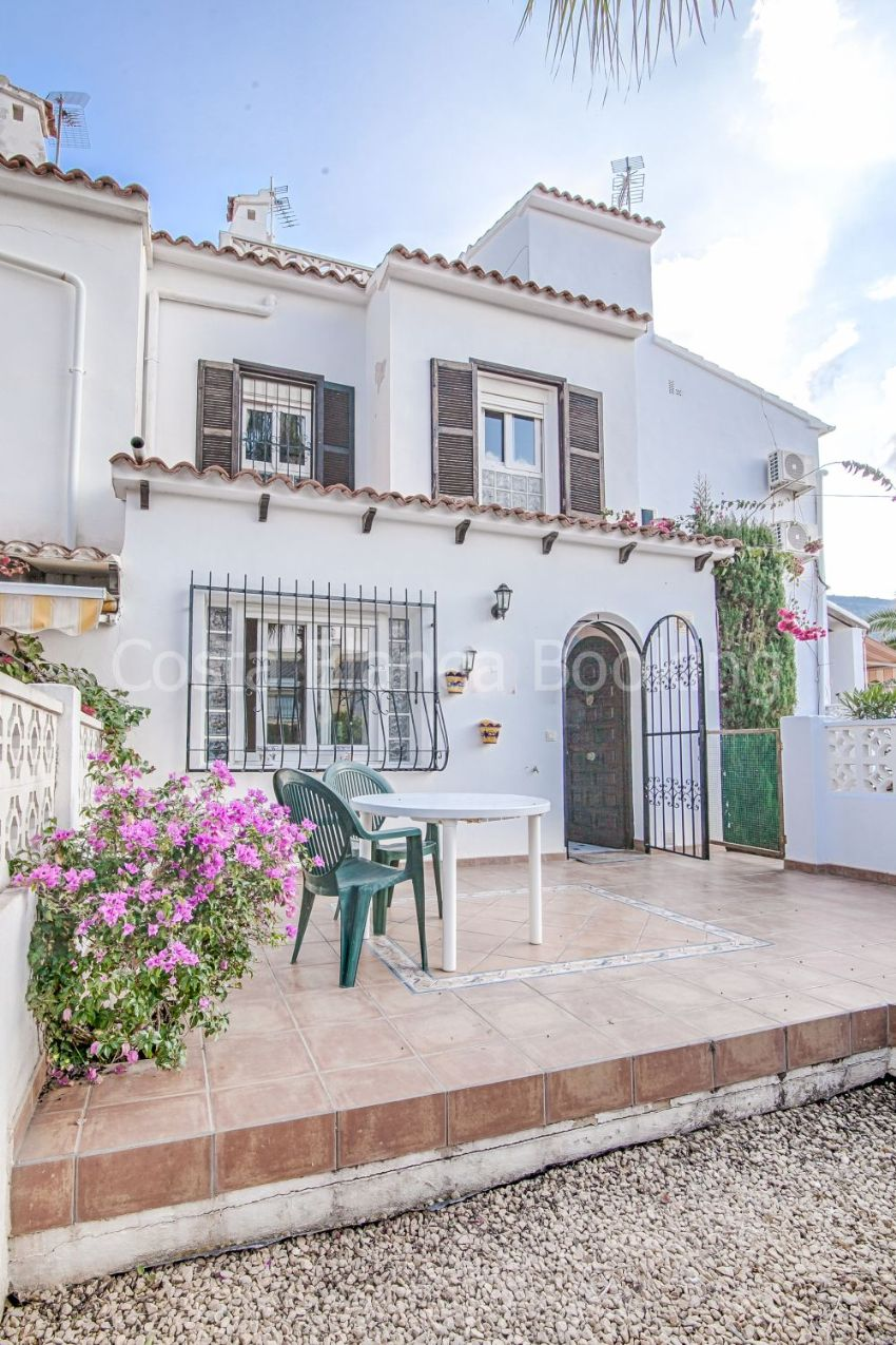 Very well maintained and sunny bungalow close to the center  of Albir in a very popular residencial area.