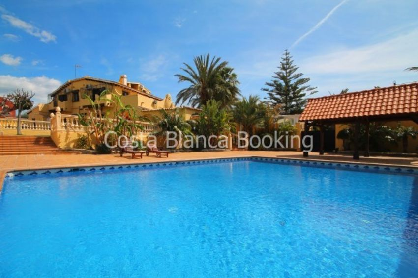 BEAUTIFUL VILLA CLOSE TO THE CENTER OF ALFAZ DEL PI WITH 5 BEDROOMS AND A PLOT OF 6600 SQM.