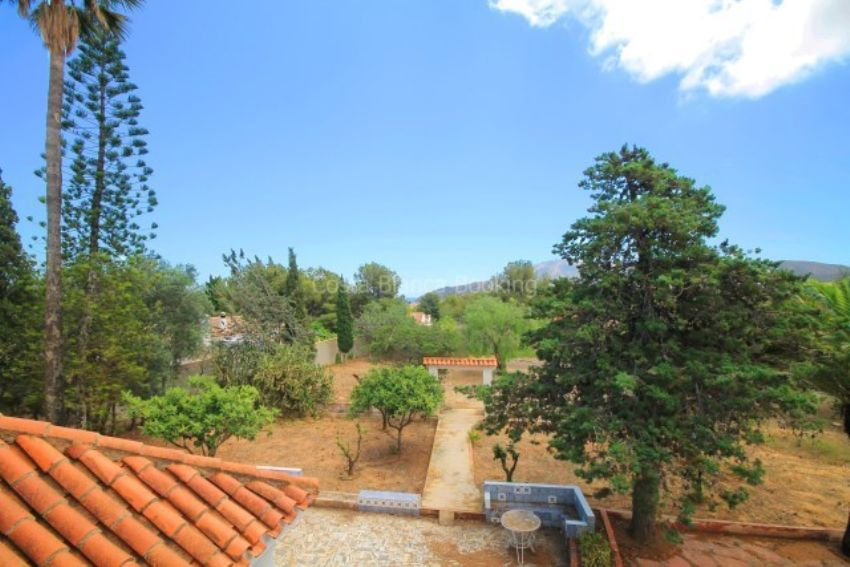 VILLA ON THE RUSTIC PLOT ONE STEP AWAY FROM THE TOWN CENTER OF ALFAZ DEL PI