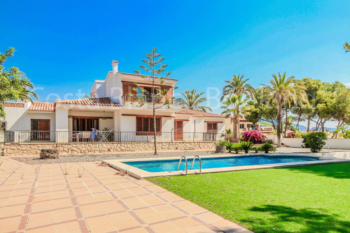 A VERY SPACIOUS VILLA LOCATED IN THE CENTRE OF ALFAZ DEL PI, ON WALKING DISTANCE TO EVERYTHING !!!!!