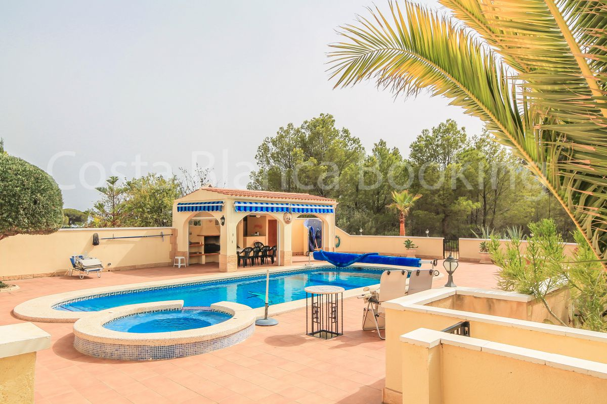 A MARVELLOUS RECENTLY BUILT VILLA WITH FANTASTIC PANORAMIC VIEWS CLOSE TO THE VILLAGE OF FINESTRAT.