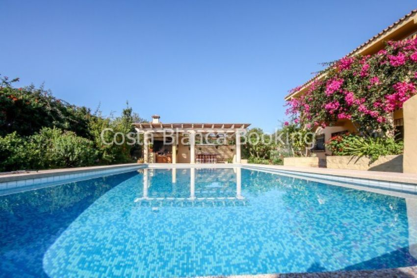 VILLA WITH MANY POSSIBILITIES IN ALTEA