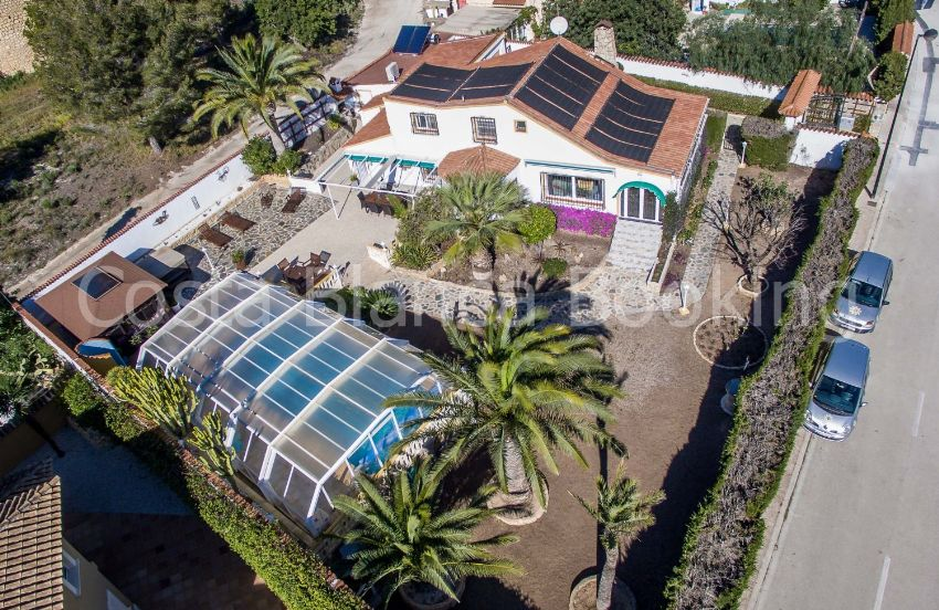 A BEAUTIFUL AND VERY PRIVATE VILLA, LOCATED IN A WELL KNOWN RESIDENCIAL AREA OF ALFAZ DEL PI