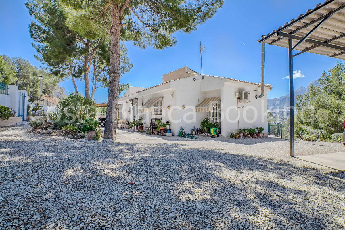 LOOKING FOR A TRADITIONAL SPANISH VILLA IN THE MOUNTAINS, BUT CLOSE TO THE BEACH AND AMENITIES€