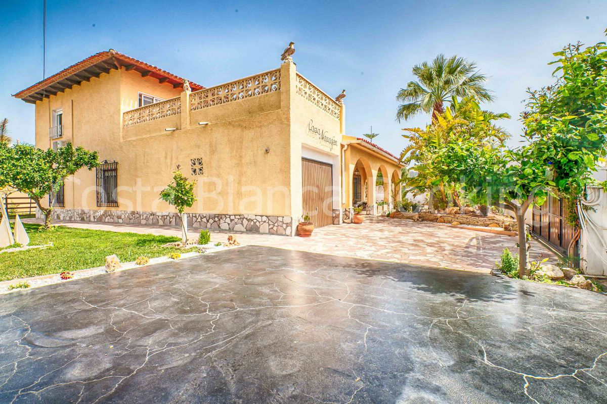 LARGE FAMILY HOUSE OF 300 M2