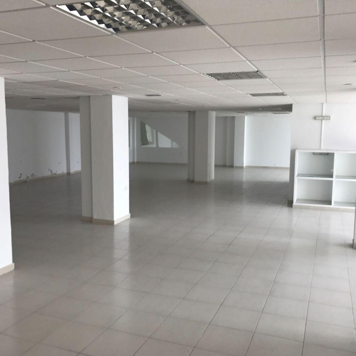 Local en alquiler larga duración con 748 m2, 2 dormitorios  en Extrarr