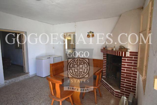 Landelijk huis te koop vlakbij de kust van Calabardina met perceel grond