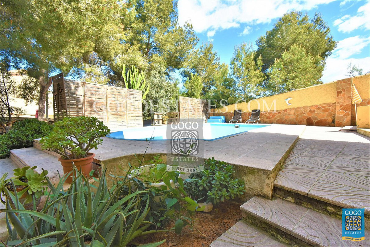 Vrijstaande villa met privé zwembad te koop in Las Filipinas, Orihuela Costa.