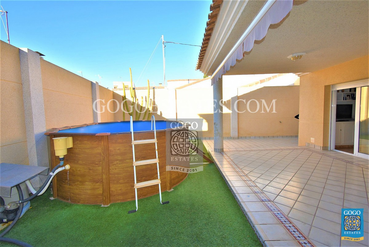 Vrijstaande villa te koop in Torre de la Horadada met privé zwembad.