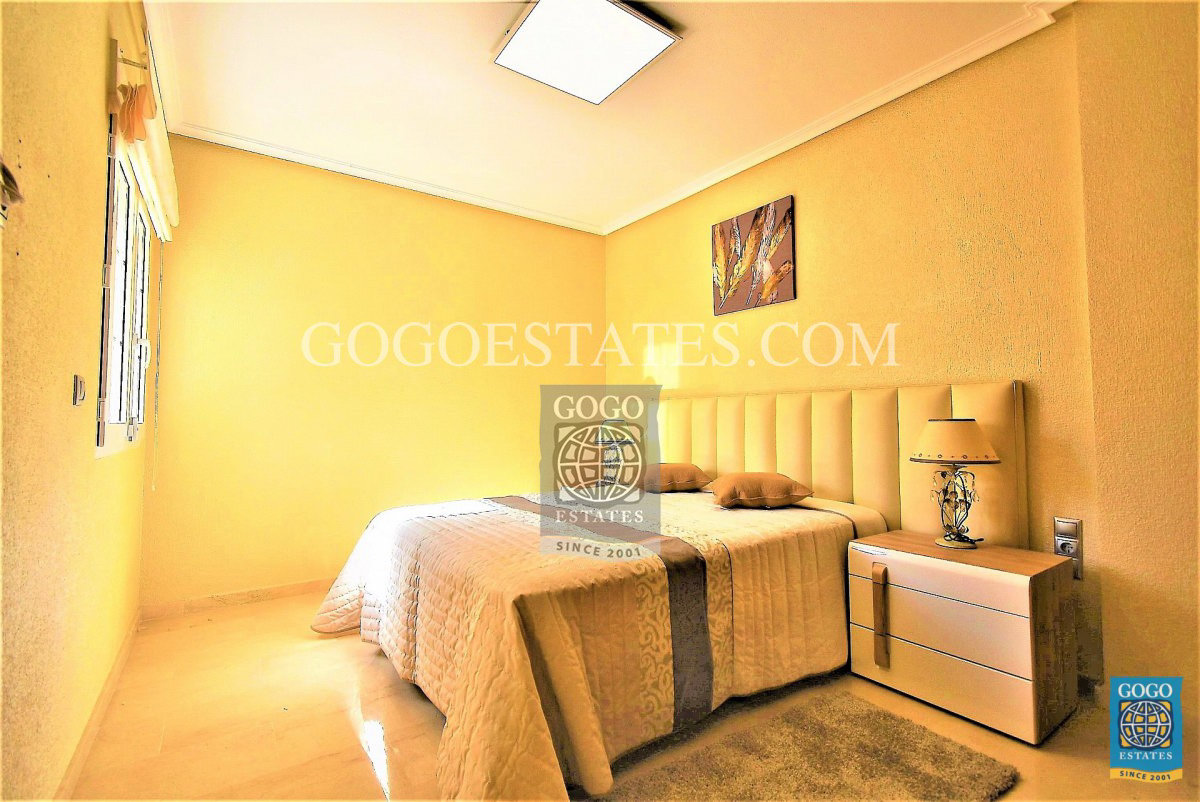 Gelijkvloers appartement met groot terras te koop in Cabo Roig, Alicante.